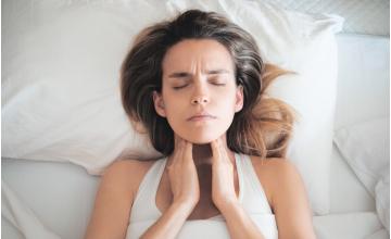 Sintomi, cause e rimedi contro il mal di gola