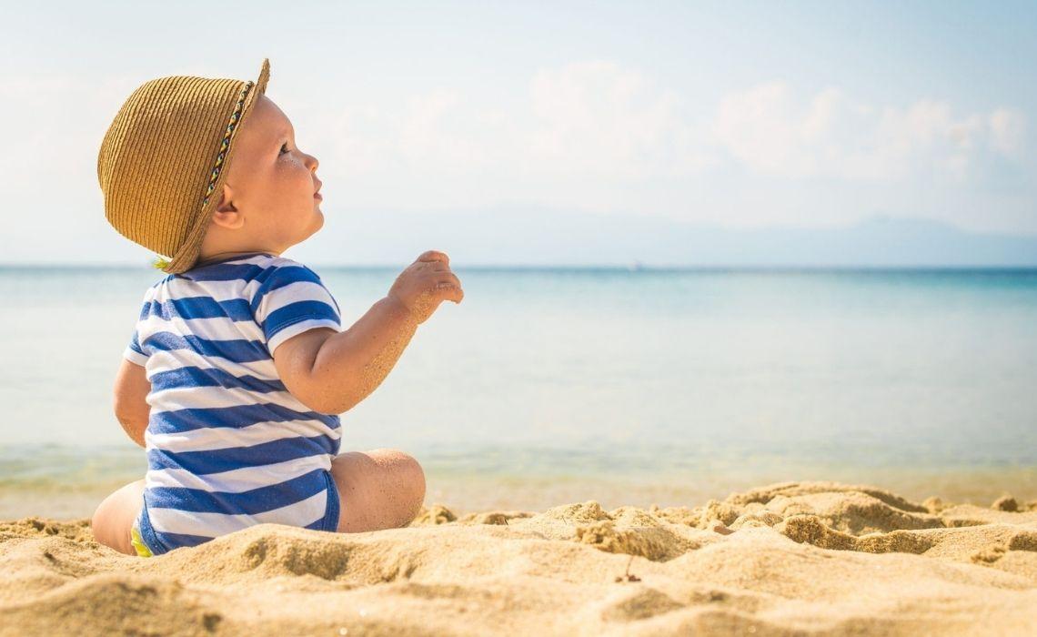 Neonati in vacanza: come comportarsi al mare